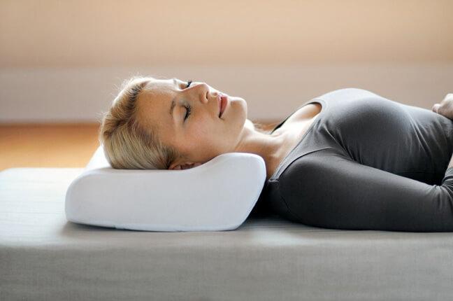 для сна лучше использовать тонкую подушку, ортопедическую или валик.