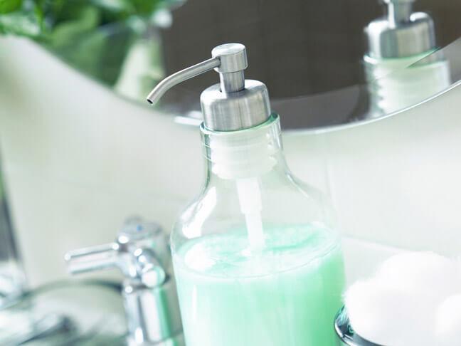 В глубокой посуде развести мыло в воде