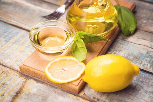 Растворить в глубокой миске воду, уксус и лимон.