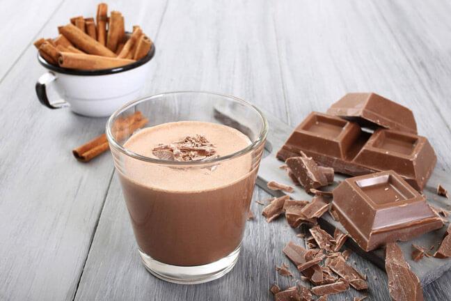 Растопить шоколад на водяной бане. Добавить молоко