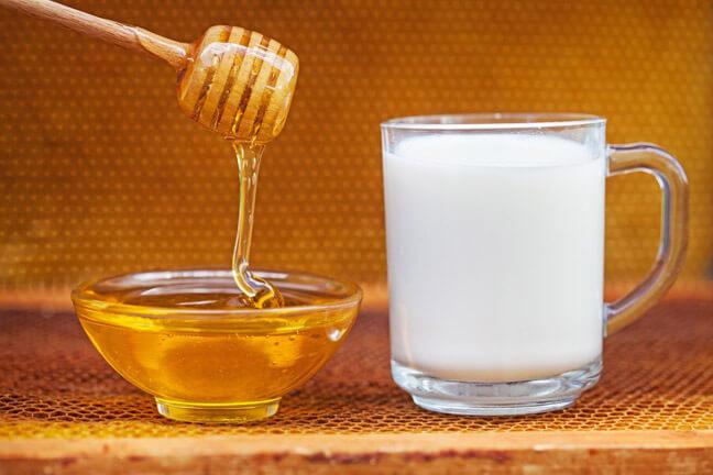 Смешать молоко с мёдом, до однородности