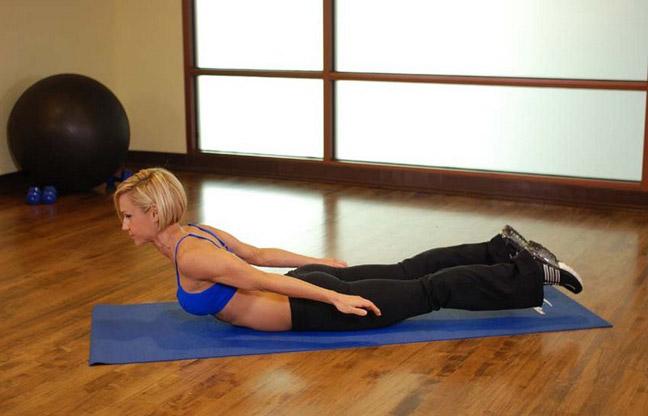 Упражнение для крепких ягодиц Подъем ног и тела  - лодочка