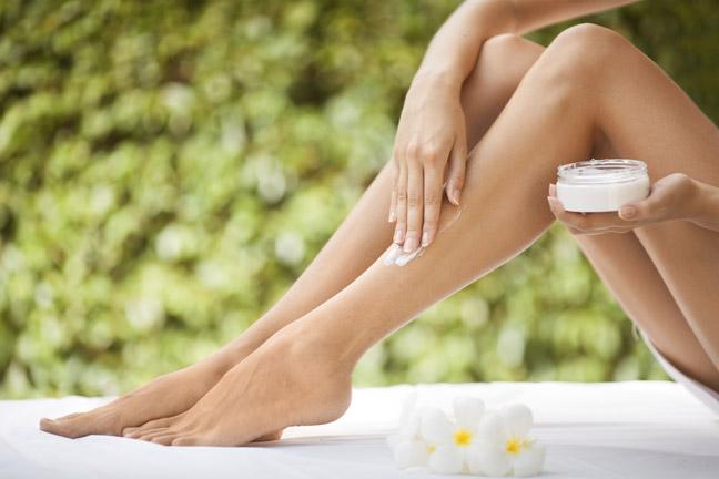 нанесите увлажняющий крем на кожу ног