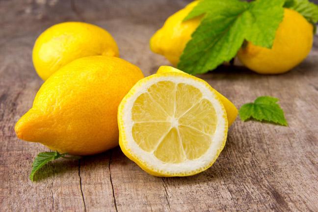 Нанести сок лимона на то место, где подпалина
