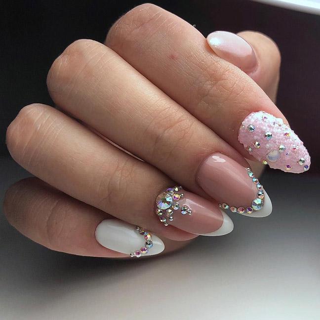 Камни, кристаллы на ногтях очень эффектны.