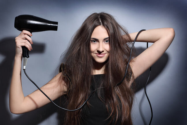 После мытья волос просушивайте их феном