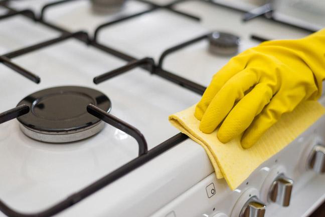 Применять средства для очистки нагара, жира