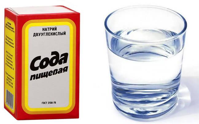 В глубокой ёмкости смешать соду с водой.