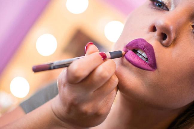 женщины наносят под помаду карандаш