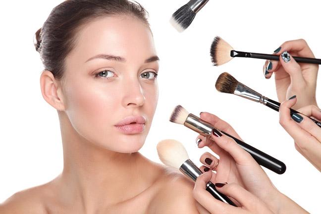 начинают макияж с основы на лицо