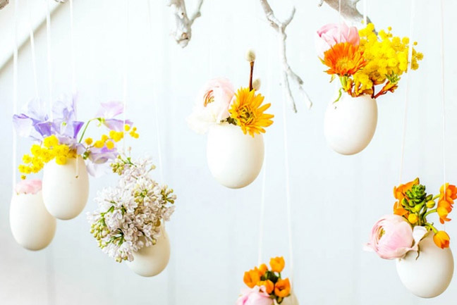 Подвеска к Пасхе из яичной скорлупы с цветами