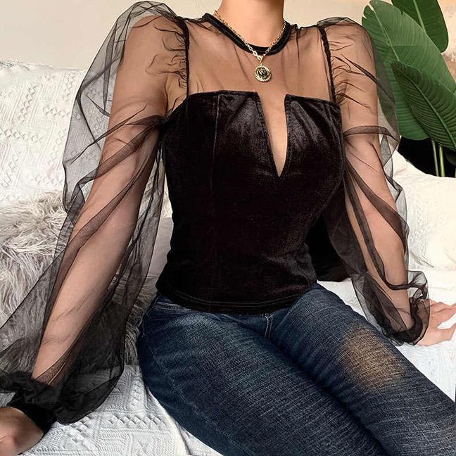 Блузки с объемными рукавами прекрасно сочетаются с джинсами