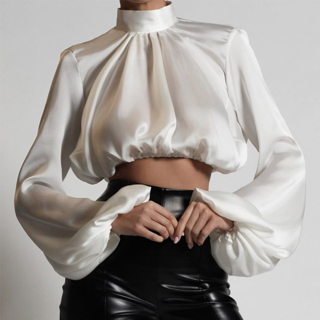 Кожаные брюки с завышенной талией в сочетании блузки викторианского стиля