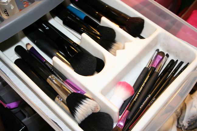 Лоток с отделениями для хранения кистей для макияжа