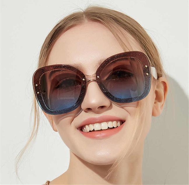 Солнцезащитные очки должны быть с затемненными стеклами