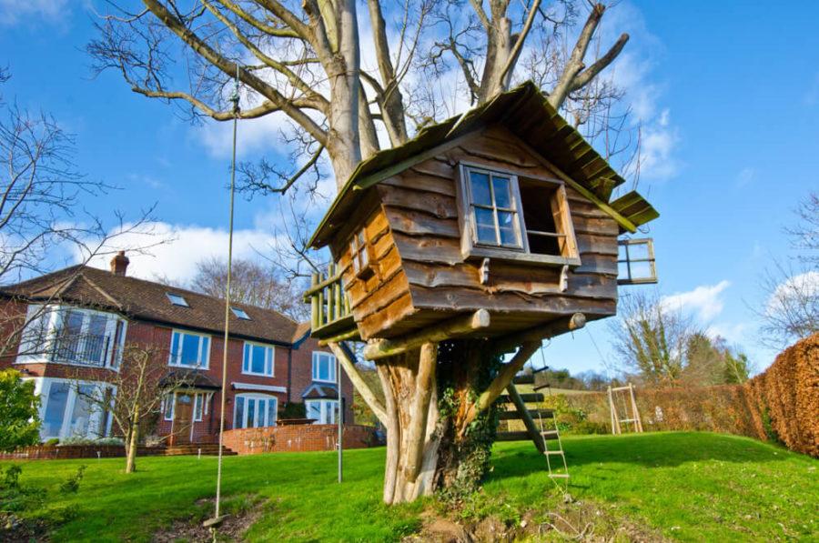 Его можно построить из веток или lдосок на не высоком дереве.