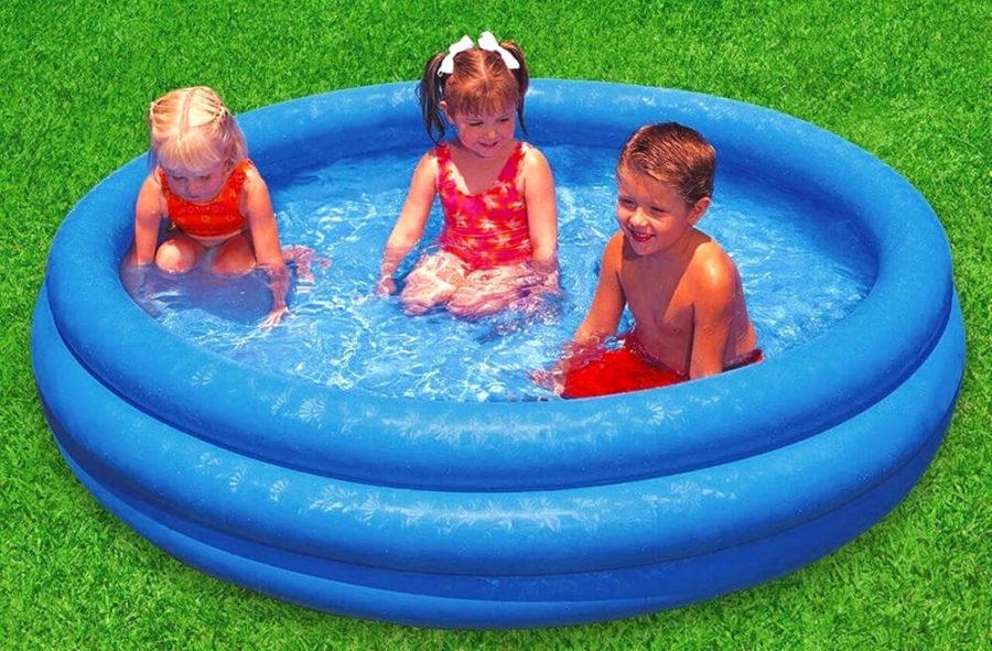 Перенести жаркий летний день можно, плескаясь в бассейне.
