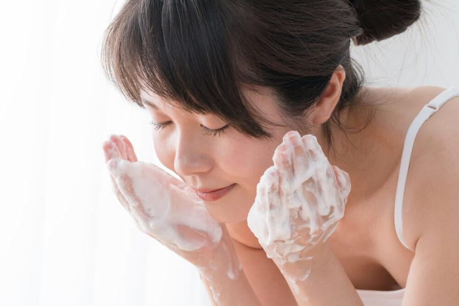 Для очищения можно применять гели, молочко, пенку