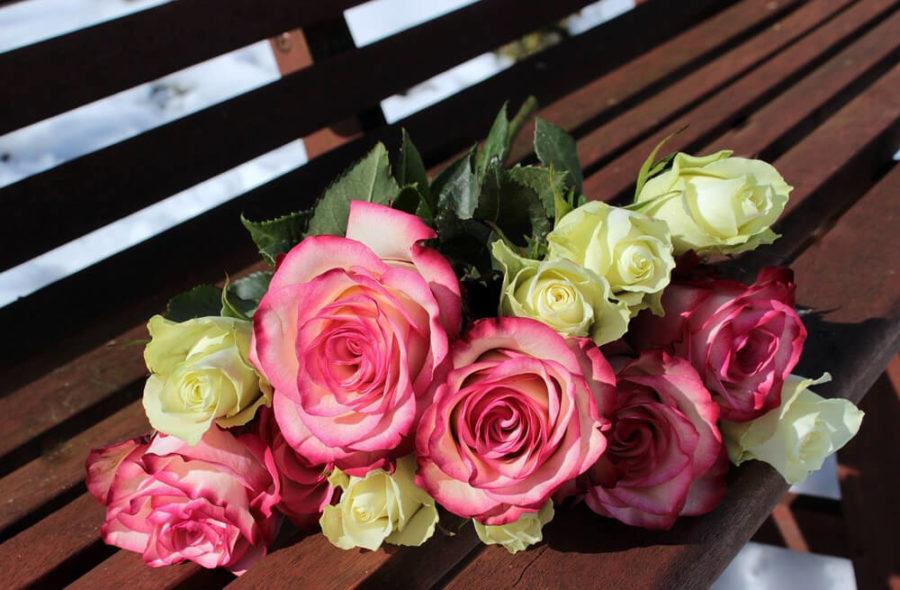Букет роскошных цветов с горячим признанием внутри на день влюбленных.