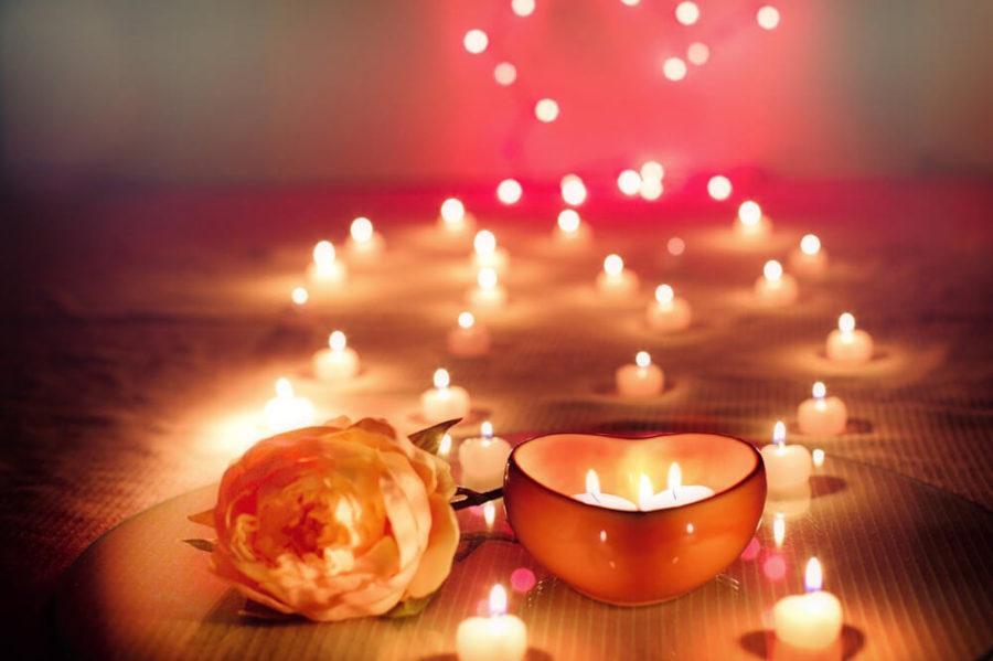 Красные свечи для романтического ужина создадут тёплую атмосферу.