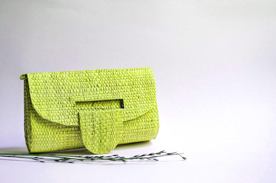 Яркие сумки в моде.